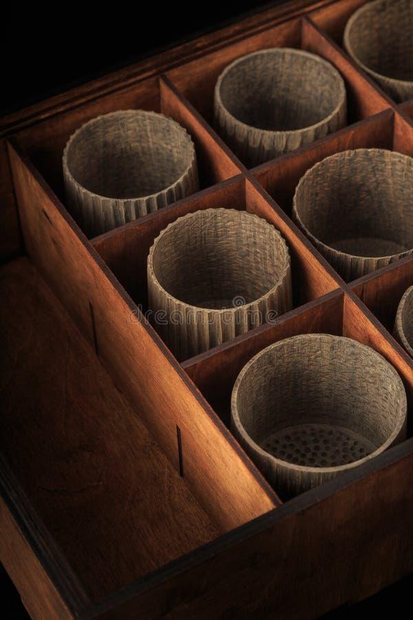 Деревянные чашки в коробке для хранить блюда стоковая фотография