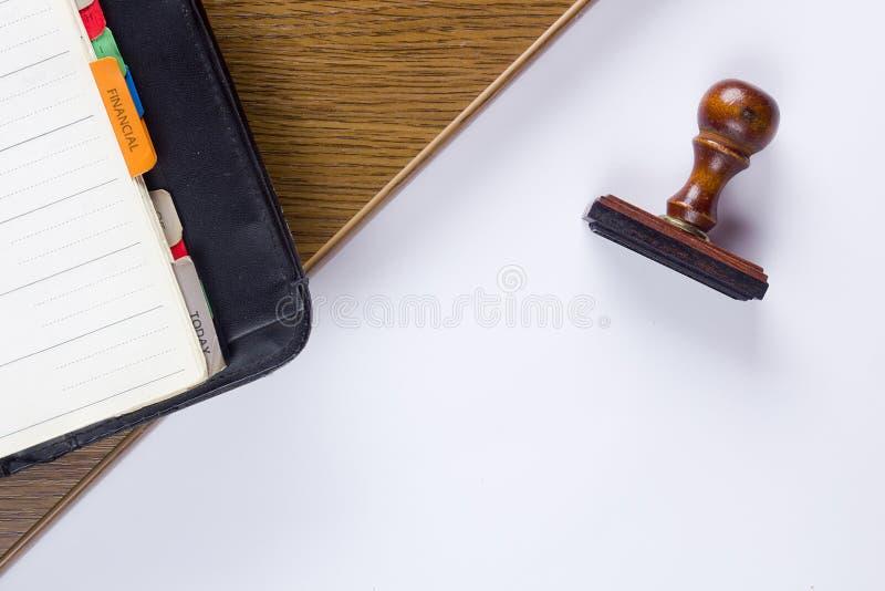 Деревянные штемпель и дневник стоковое фото