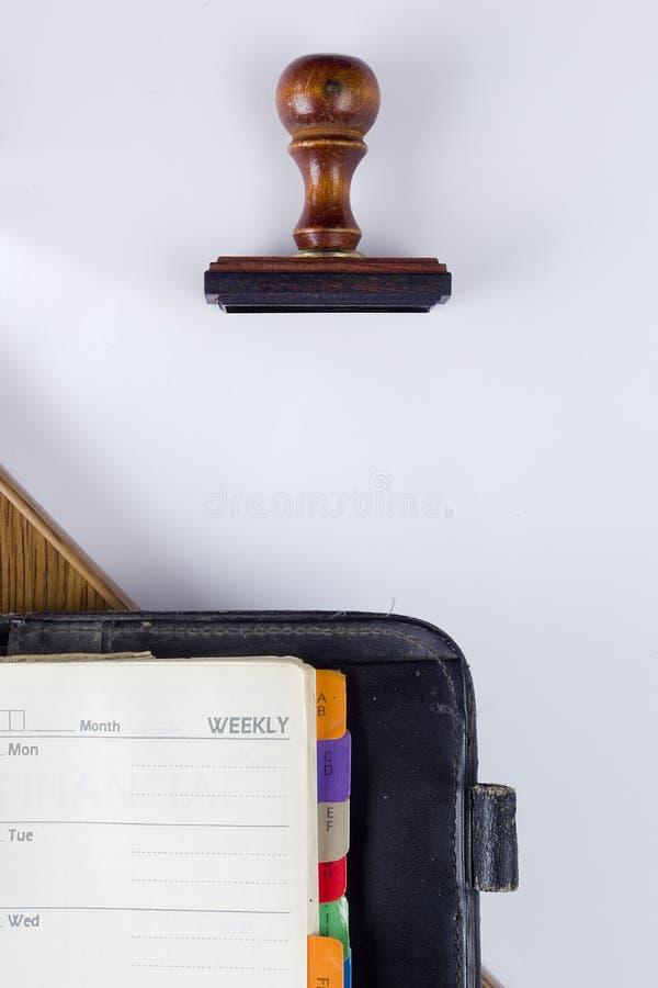 Деревянные штемпель и дневник стоковое изображение