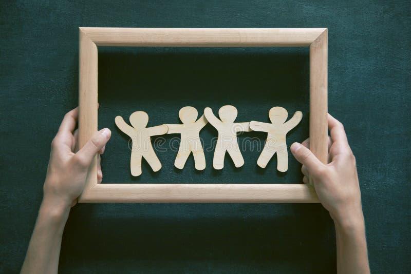 Деревянные люди держа руки стоковое изображение rf