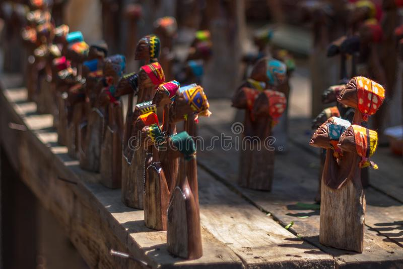 Деревянные figurines на рынке ремесла в Свазиленде стоковые изображения rf