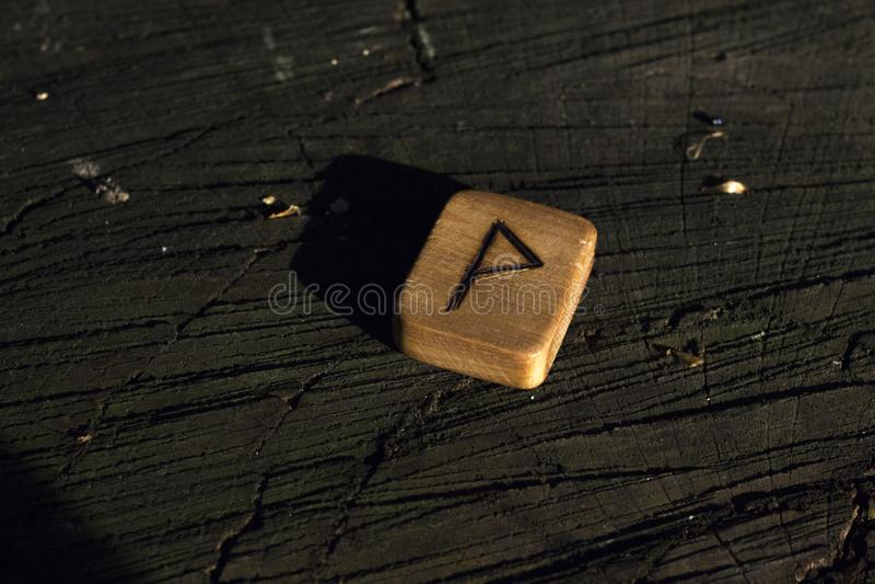 Деревянные runes на пне стоковые фотографии rf