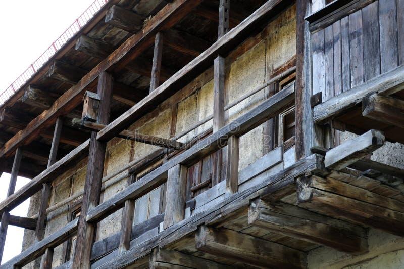 Деревянный балкон на средневековом доме стоковое фото