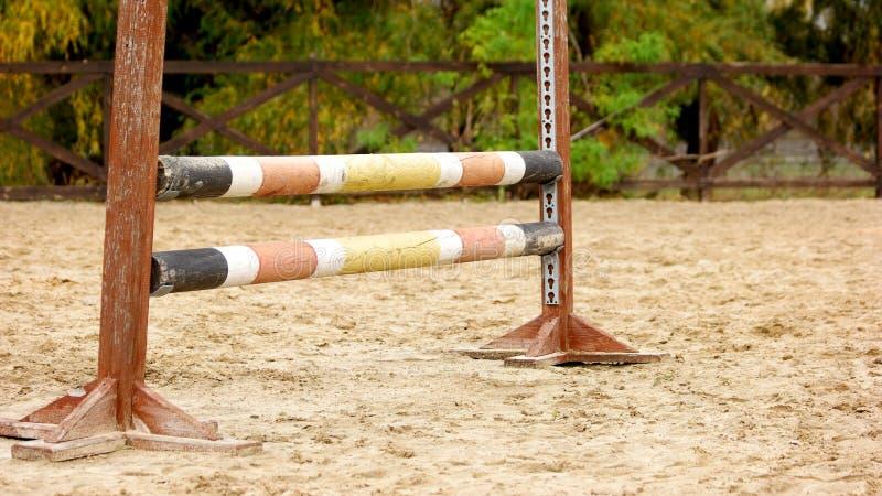 Деревянный барьер для лошадей и скакать всадников стоковое фото