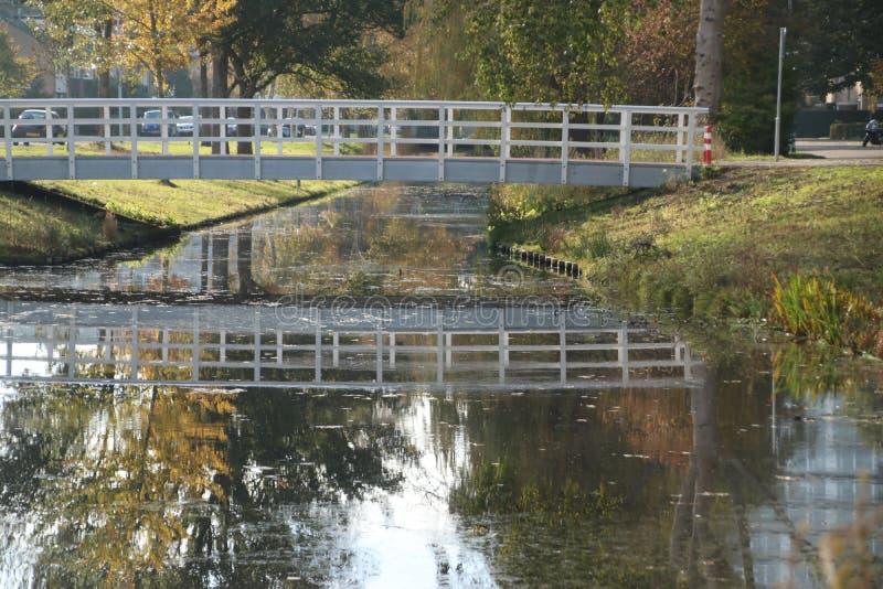 Деревянный белый мост над рвом в сезоне осени публично паркует Schakenbosch в Leidschendam стоковое изображение