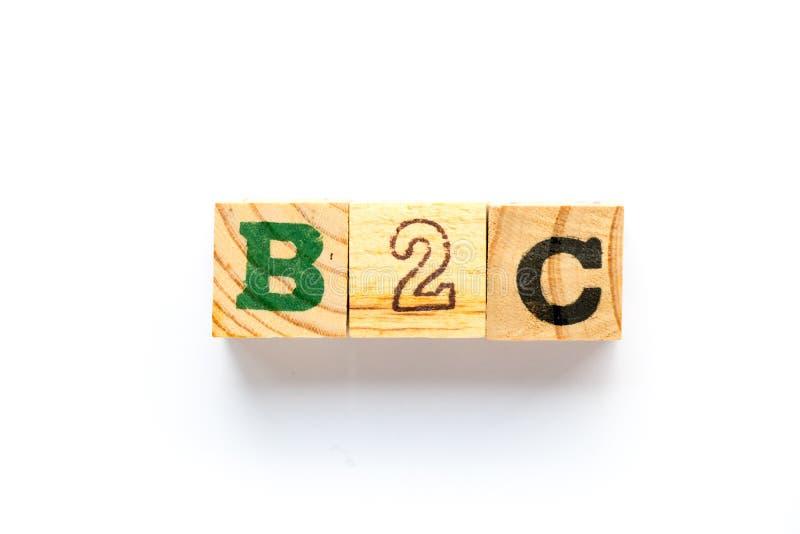 Деревянный блок в деле слова B2C к потребителю на белой предпосылке стоковая фотография rf