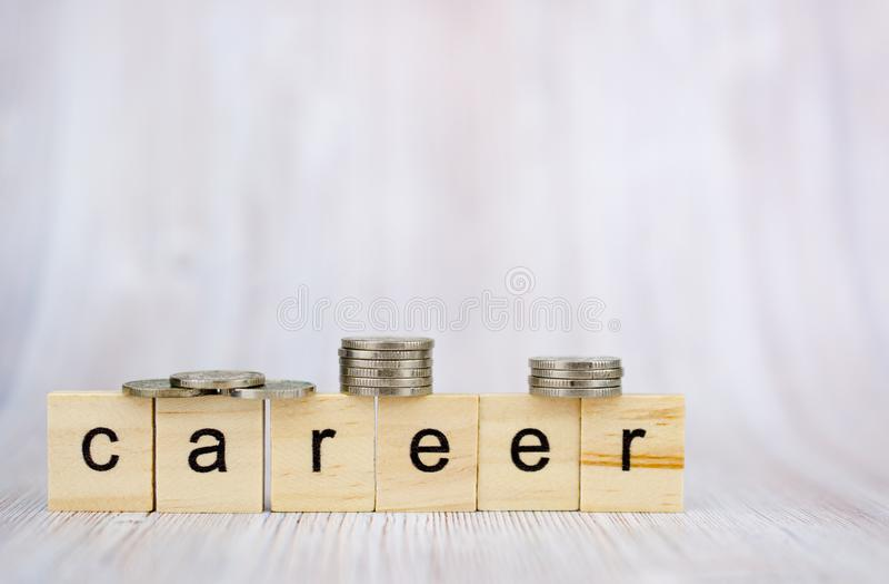 Деревянный блок куба с карьерой слова и монетки на стоге Рост планирования карьеры дела к концепции успеха стоковые изображения rf