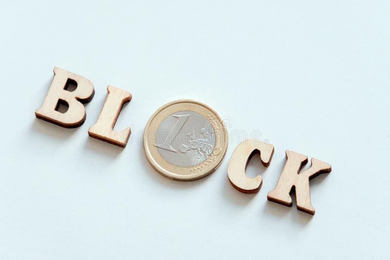 Деревянный блок надписи деревянных писем и серебряная монета в одном евро Частный доступ в интернет ( E r стоковые изображения