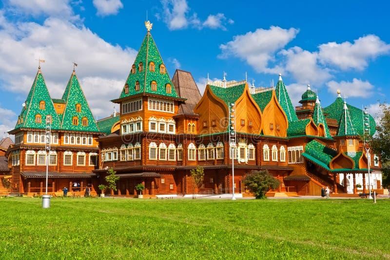 Download Деревянный дворец в России стоковое изображение. изображение насчитывающей moscow - 37929439