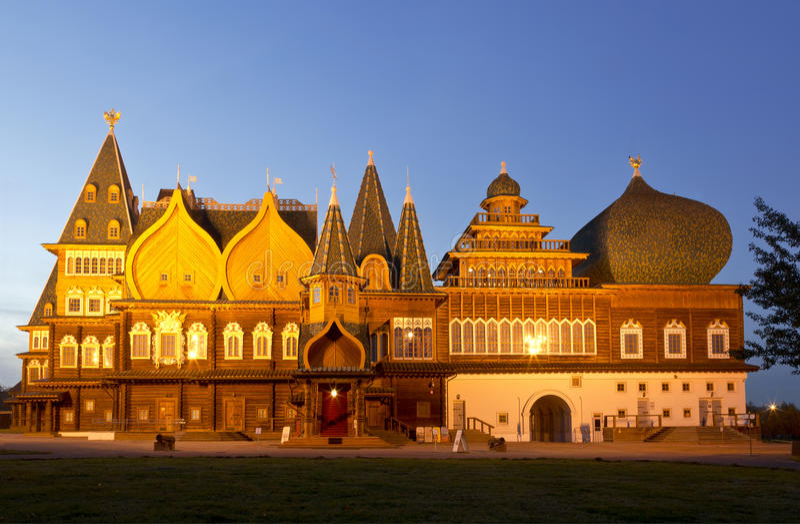 Деревянный дворец царя Alexei Mikhailovich в Kolomna на ноче стоковые изображения