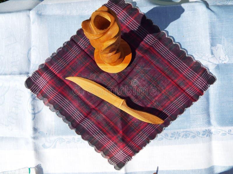 Деревянный держатель для свечи и handmade нож на салфетке стоковое изображение rf