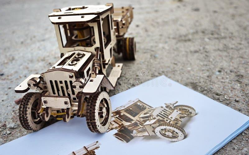 Деревянный дизайнер Ugears Модель автомобиля сделанного древесины, толь стоковое изображение rf