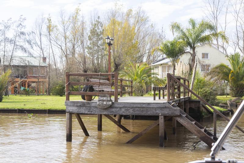 Деревянный док увиденный от шлюпки в del Parana перепада, Tigre Буэносе-Айрес Аргентине стоковая фотография