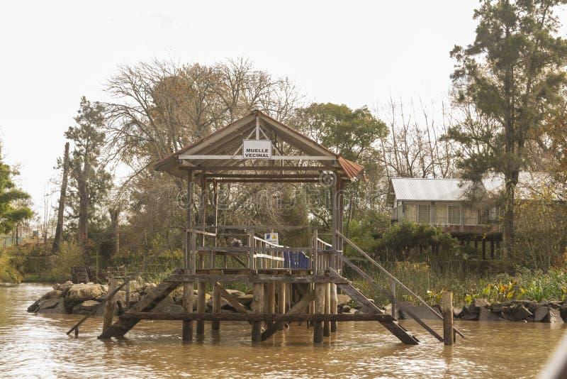 Деревянный док увиденный от шлюпки в del Parana перепада, Tigre Буэносе-Айрес Аргентине стоковое фото