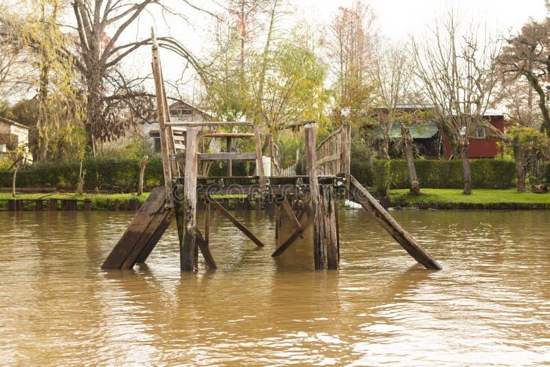 Деревянный док увиденный от шлюпки в del Parana перепада, Tigre Буэносе-Айрес Аргентине стоковые изображения