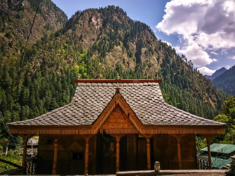 Деревянный дом в малом горном селе между Manikaran и Kasol стоковая фотография rf