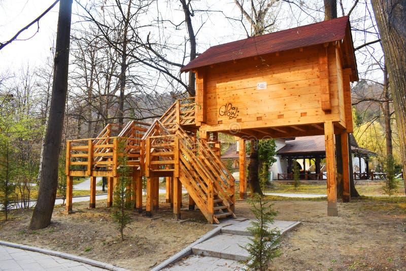 Деревянный дом в парке города стоковая фотография rf