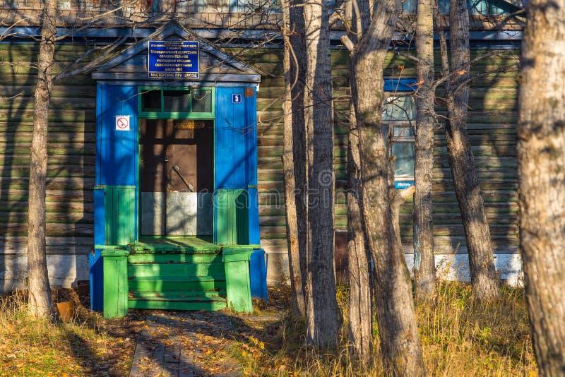 Деревянный дом в Kozyriewsk на Камчатском полуострове в России стоковое изображение