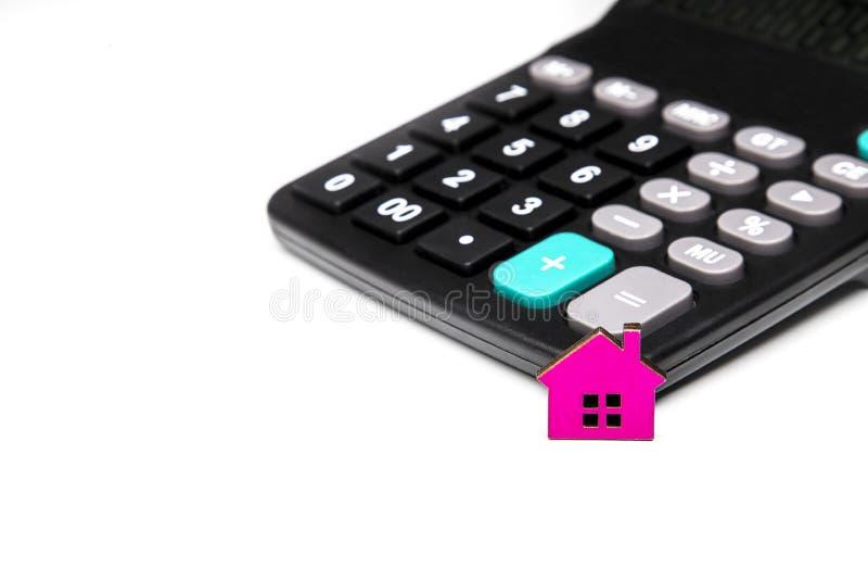 деревянный дом и калькулятор стоковая фотография