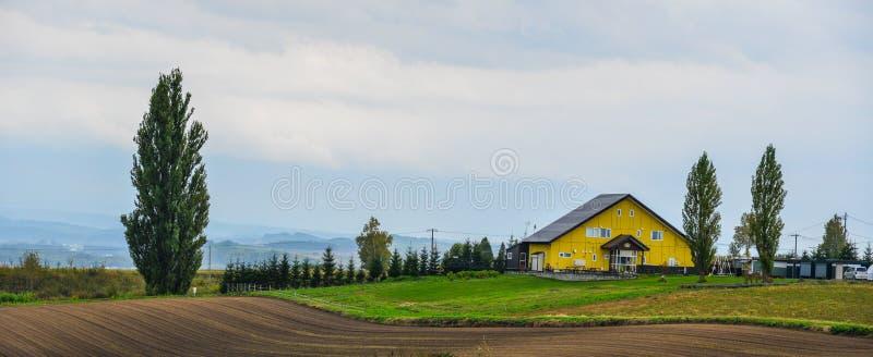 Деревянный дом на сельской местности стоковые изображения