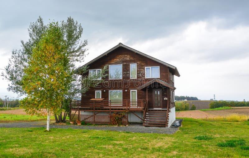 Деревянный дом на сельской местности стоковые фотографии rf
