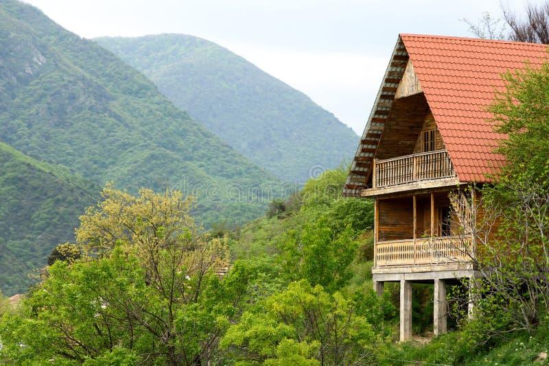 Деревянный дом с балконом и красная крыша в Mtskheta - старой столице Грузии стоковое фото