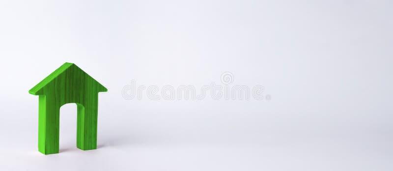 Деревянный дом с большим входом на белой предпосылке Концепция покупать и продавать недвижимость, арендный жилищный фонд стоковые фотографии rf