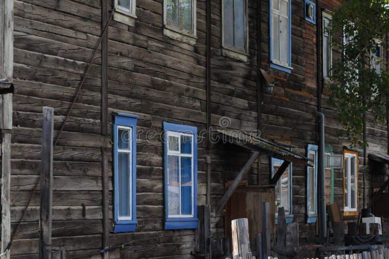 Деревянный дом с много покрашенных окон стоковые фотографии rf