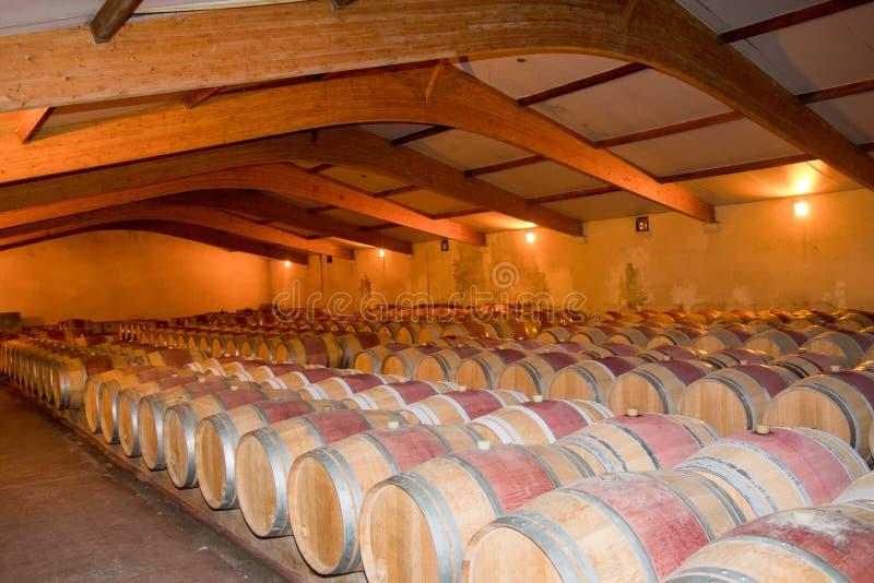 деревянный дуб несется винный погреб в Бордо Франции самая лучшая лоза стоковое фото rf
