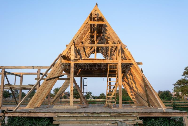 Деревянный жилой дом рамки под конструкцией стоковое изображение rf