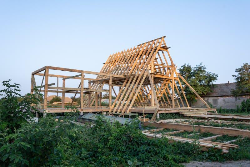 Деревянный жилой дом рамки под конструкцией стоковые фотографии rf