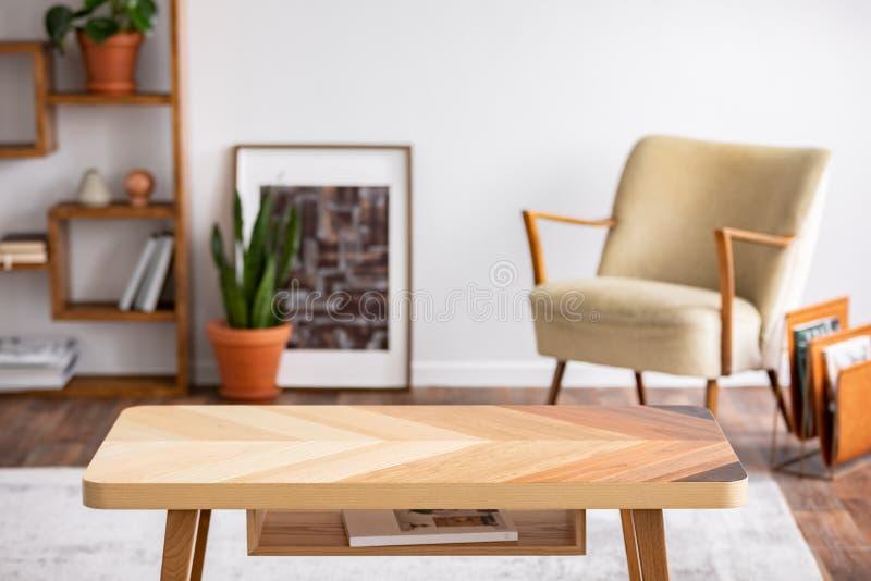 Деревянный журнальный стол в элегантном интерьере живущей комнаты, реальном фото стоковое фото rf