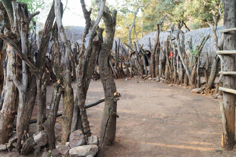 Деревянный загон племенного дома соломы в Южной Африке стоковая фотография