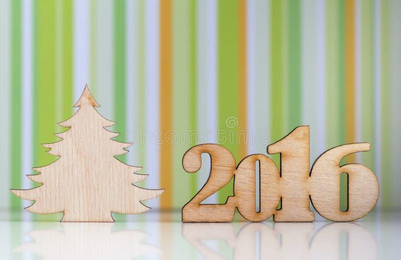 Деревянный знак 2016 год и рождественской елки на зеленом striped bac стоковое изображение rf