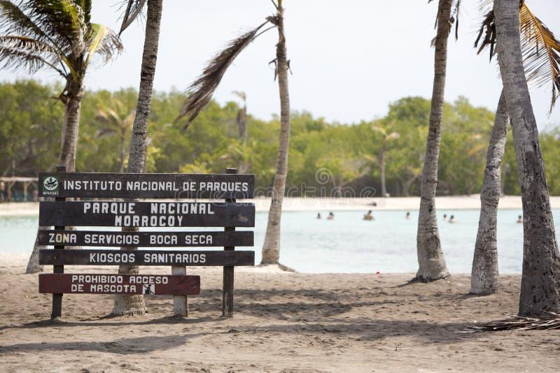 Деревянный знак к пляжу рая, Венесуэла стоковые фотографии rf