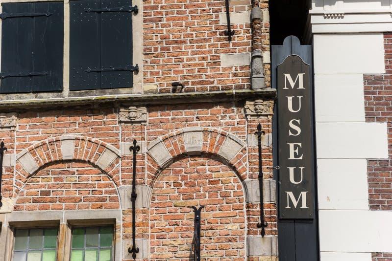 Деревянный знак на фасаде музея в Эдамере стоковое фото rf