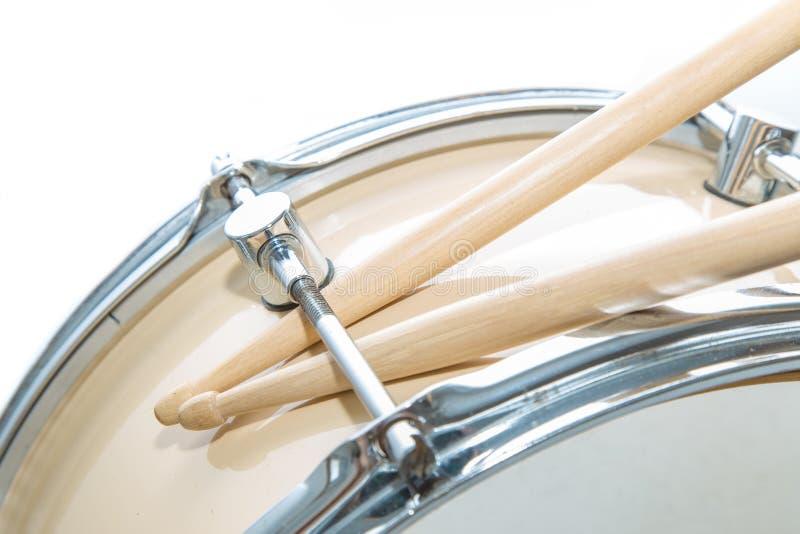Деревянный изолированные барабанчик и drumsticks тенет стоковое фото rf