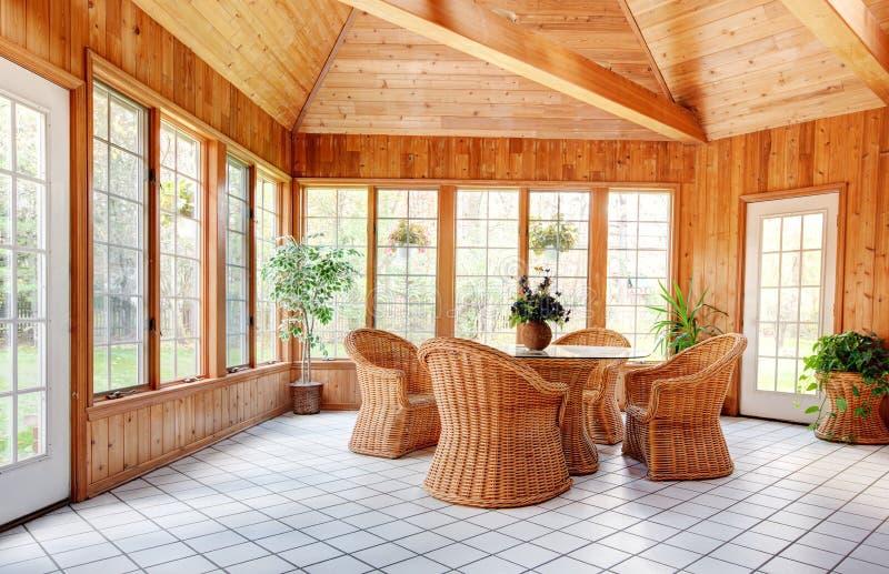 Деревянный интерьер комнаты Sun стены стоковые фото