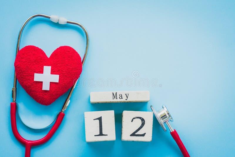 Деревянный календарь блока для International нянчит день, 12-ое мая стоковое изображение rf