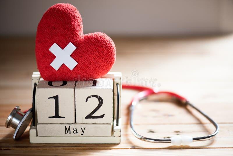 Деревянный календарь блока для International нянчит день, 12-ое мая стоковые фотографии rf