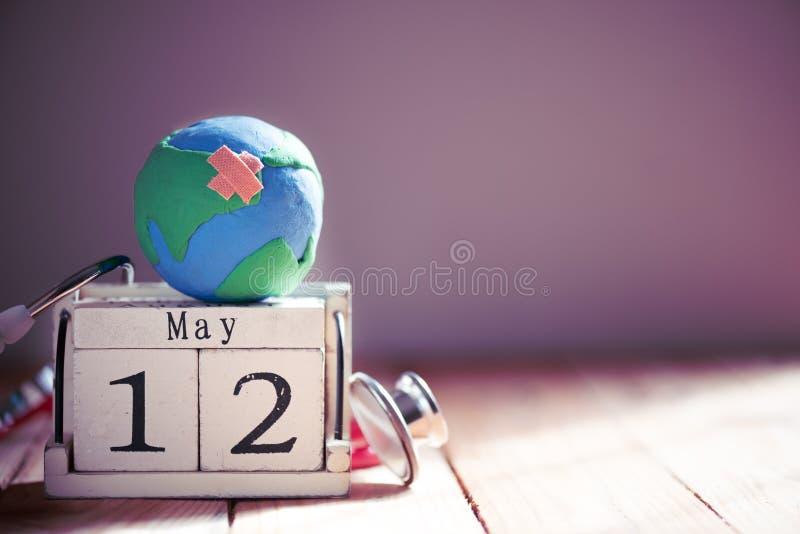 Деревянный календарь блока для International нянчит день, 12-ое мая стоковое фото rf