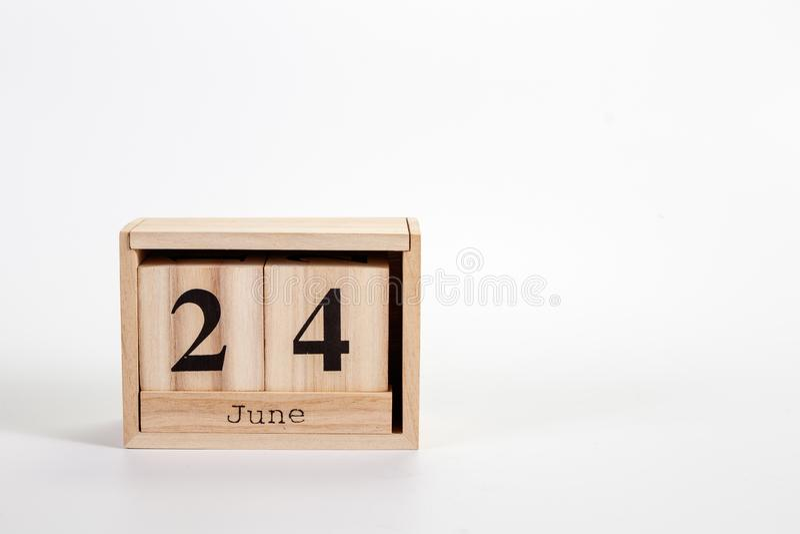 Деревянный календарь 24-ое июня на белой предпосылке стоковые фото