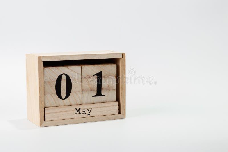 Деревянный календарь 1-ое мая на белой предпосылке стоковая фотография rf