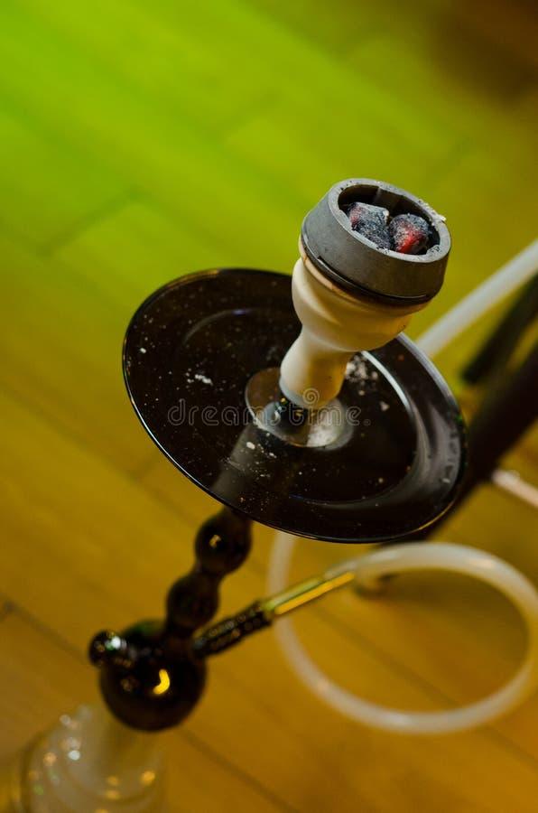 Деревянный кальян на таблице в салоне кальяна стоковая фотография rf