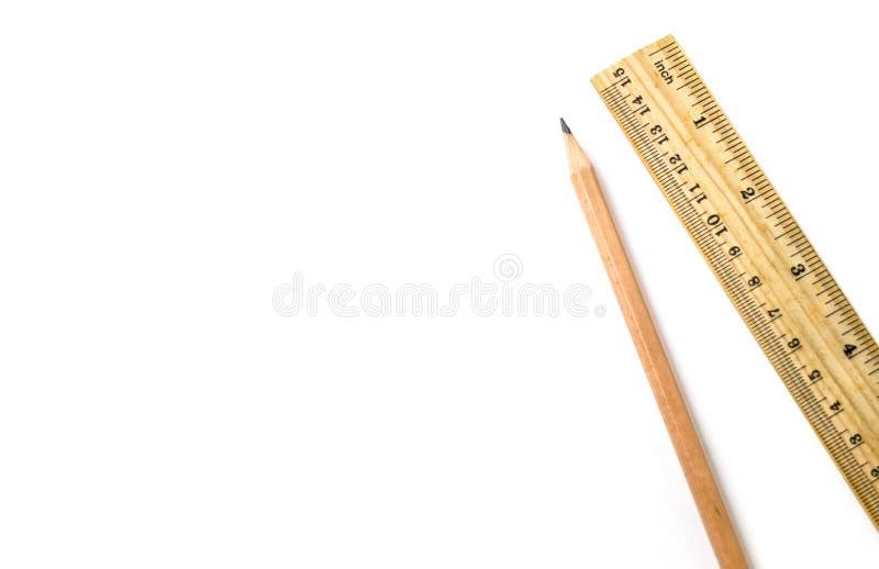 Деревянный карандаш правитель на белизне изолировал предпосылку стоковая фотография rf
