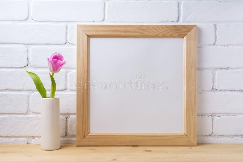 Деревянный квадратный модель-макет рамки с розовым тюльпаном стоковое изображение rf