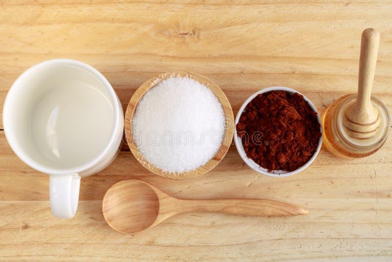 Деревянный ковш меда в бутылке и сахаре меда в деревянном шаре и стоковое изображение rf