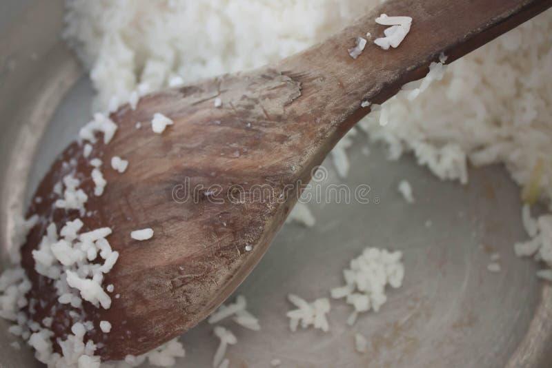 Деревянный ковш риса ложки стоковое изображение rf