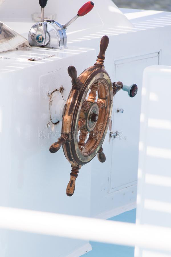 Деревянный конец навигационной панели вверх на белой шлюпке подныривания стоковая фотография rf