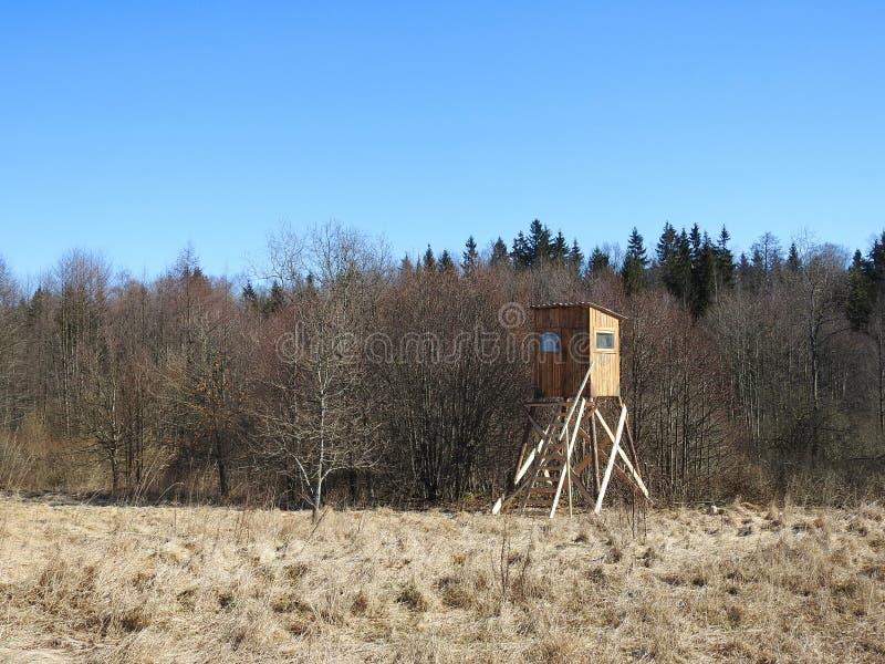 Деревянный коттедж охотника около леса, Литвы стоковые изображения rf